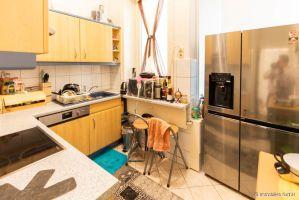 die Küche mit Platz für einen großen Kühlschrank